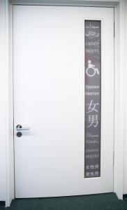 identity of art - Türgestaltung einer Toilette für Behinderte