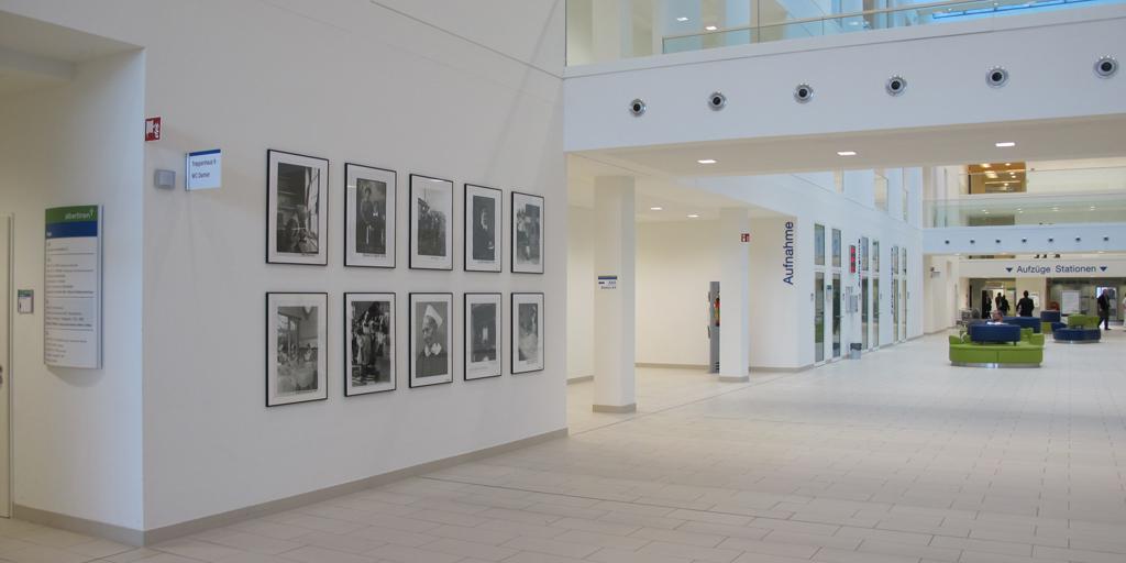 Fotodrucke schwarz-weiß in der Empfangshalle Albertinen Krankenhaus