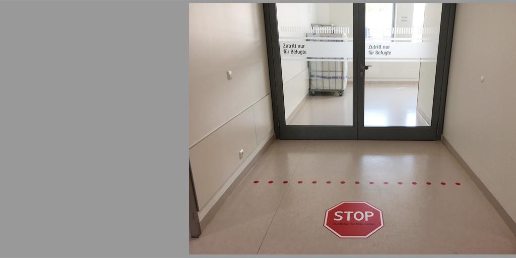 Fußbodenfolie mit Stopschild für das Albertinen Krankenhaus