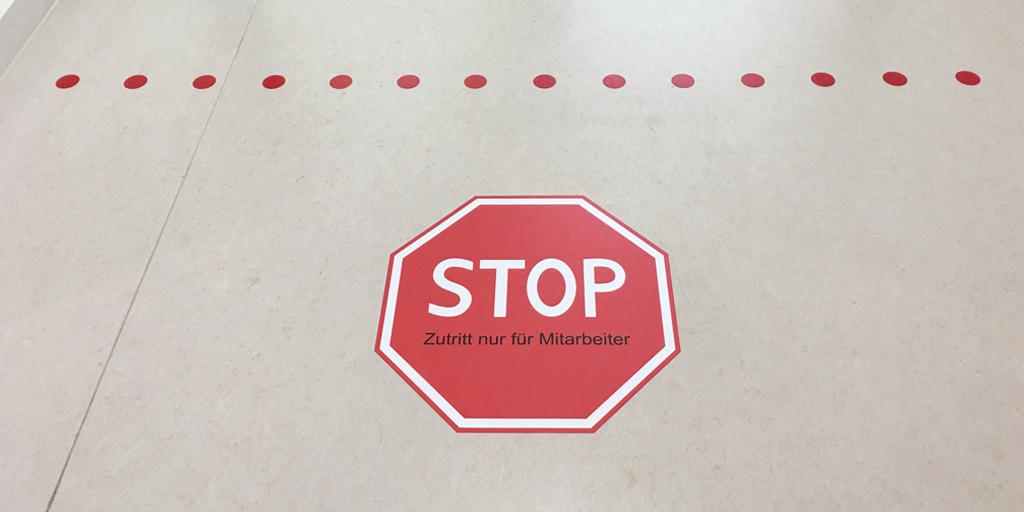 Stopschild als Fußbodenfolie für Albertinen Krankenhaus