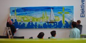 Ein Gemälde von Meike Kohls wird im Empfang aufgehängt