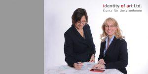 Petra Obermayr und Carola Simon mit Bauplan
