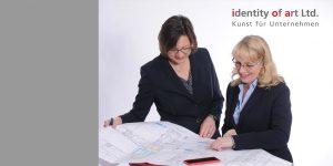 Petra Obermayr und Carola Simon diskutieren anhand eines Bauplans