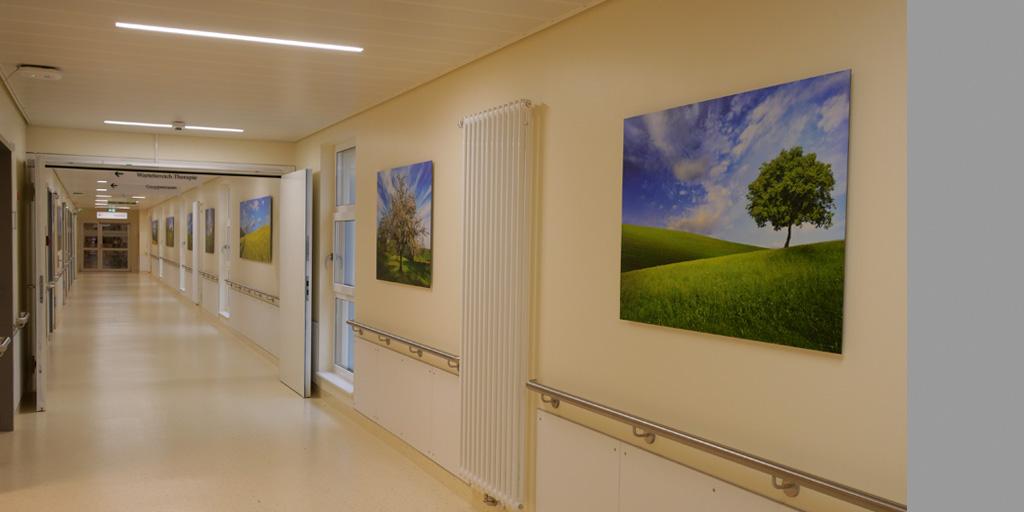 5 Fotodrucke im Flur der Asklepios Klinik Nord