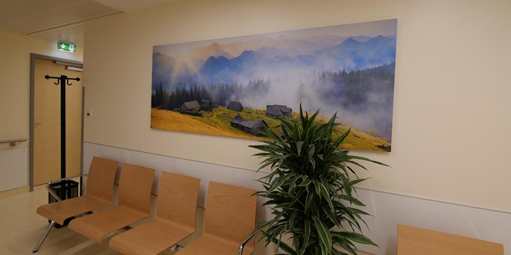 Warteraum mit Fotodruck der Asklepios Klinik Nord