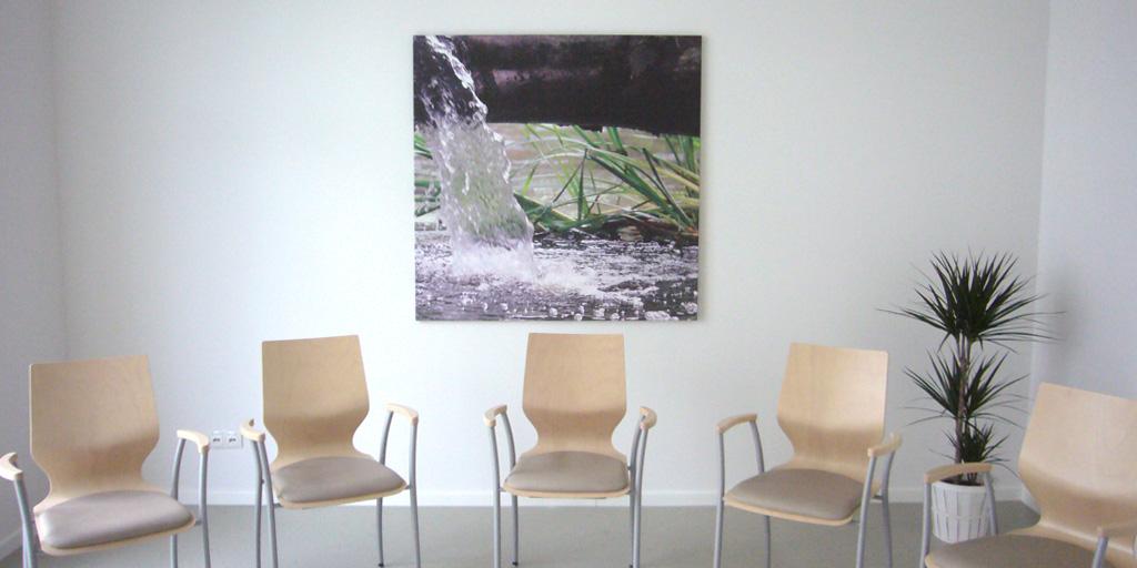 Gruppenraum im Krankenhaus mit Fotodruck Wasserfall