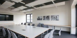 Fotodrucke schwarz-weiß in einem Konferenzraum