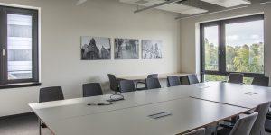 Fotodrucke in einem Konferenzraum