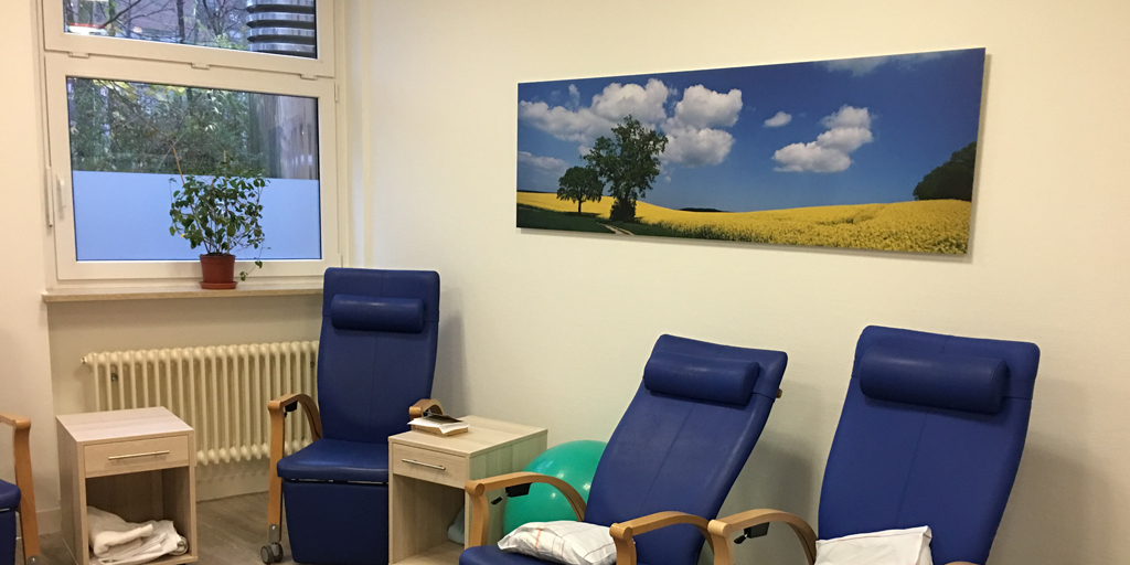 Fotodrucke in einem Therapieraum