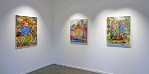 Drei Gemälde von Johann Büsen in einer Ausstellung