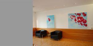 Zwei Gemälde von Meike Kohls für einen Wartebereich