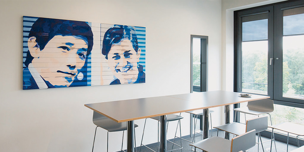 Gemälde der Künstlerin Meike Kohls Doppelportrait in Klebestreifen-Optik