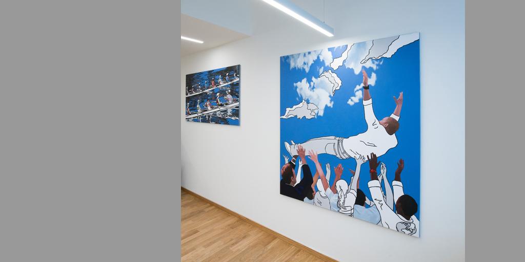 Raumansicht mit zwei Gemälden von Meike Müller für tesa SE