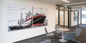 Zweiteiliges Gemälde der Künstlerin Meike Müller zeigt ein Containerschiff - Projekt tesa SE