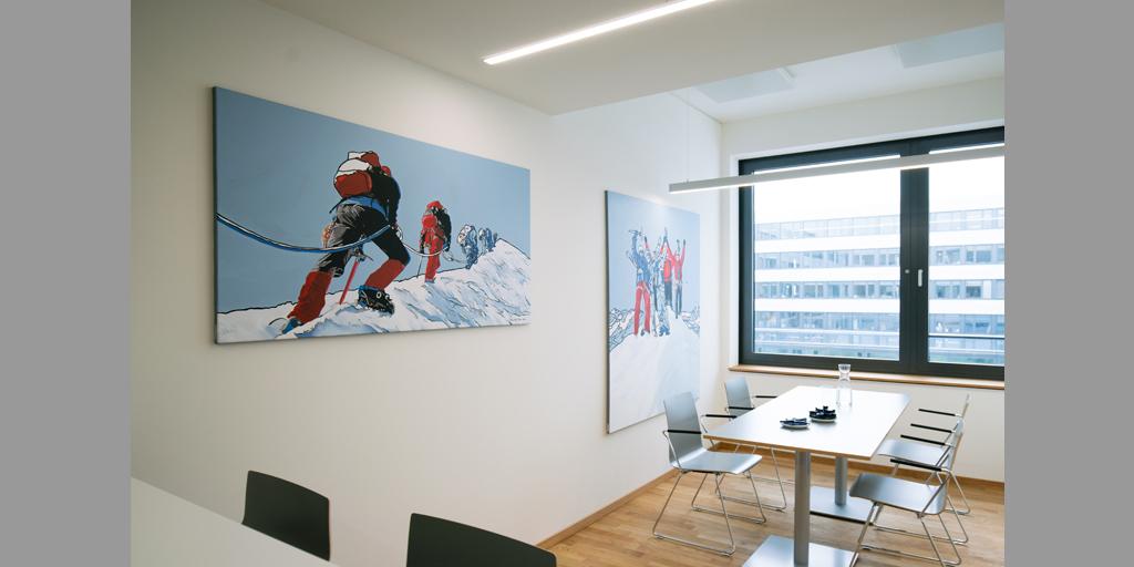 Raumansicht von zwei Gemälden von Meike Müller für tesa SE