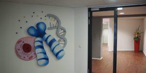 Holzrelief mit DNA und Zellen von Meike Kohls