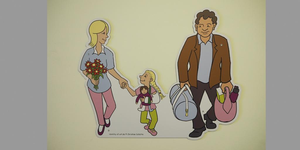 Eltern mit Tochter und Gipsarm von Christian Schütte