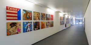 Montage vieler kleiner Gemälde - Projekt tesa SE