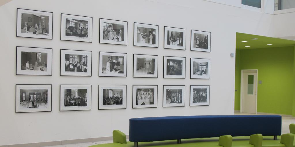 Fertige Montage von 18 gerahmten Fotodrucken