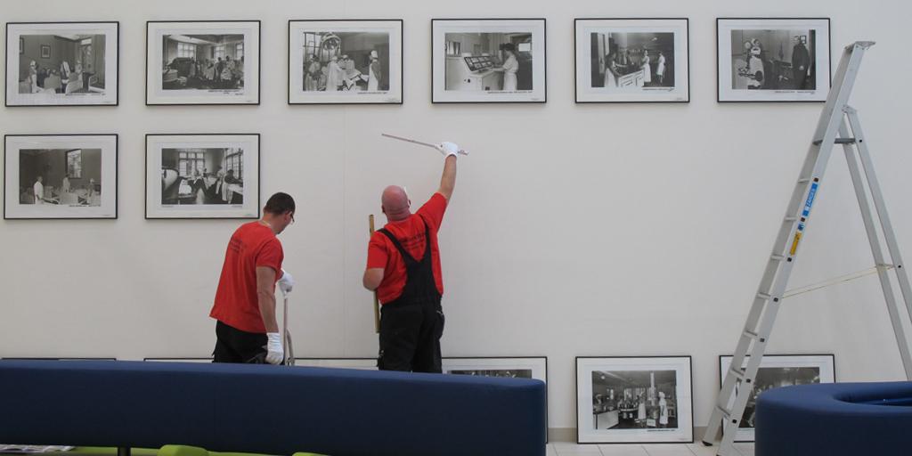 Vorhandene Kunst wird im Foyer des Kunden neu aufgehängt