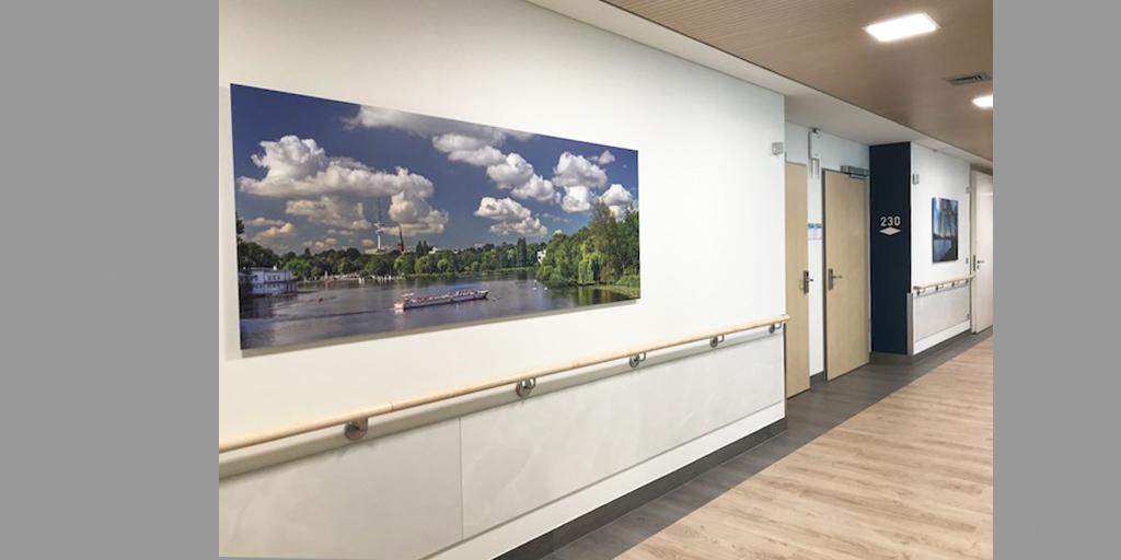 zwei Fotodrucke auf dem Flur des Albertinen Krankenhaus