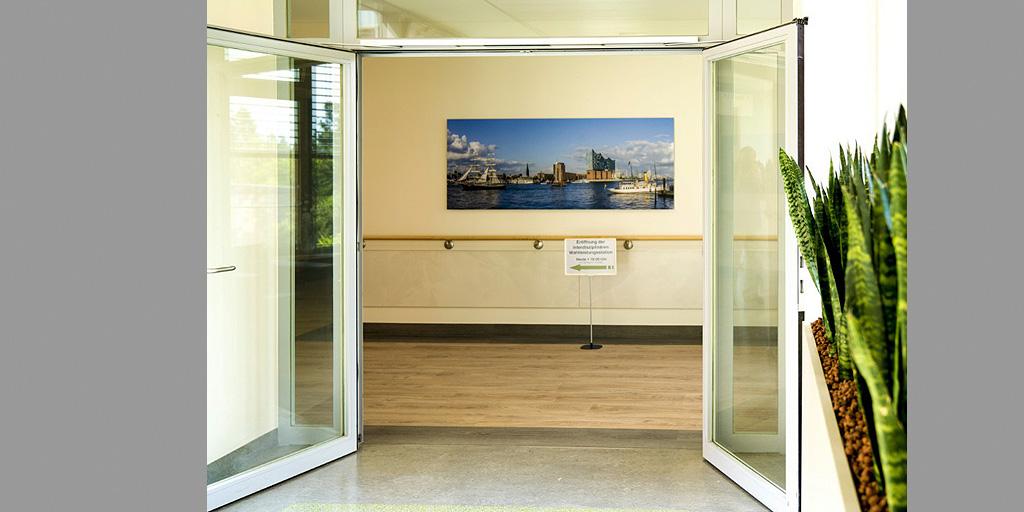 Blick durch eine Eingangstür auf Fotodruck von Fotolia