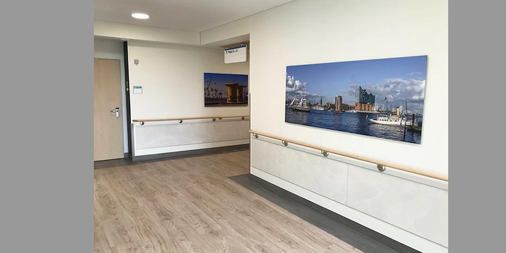 Zwei Motive von Fotolia im Krankenhausflur