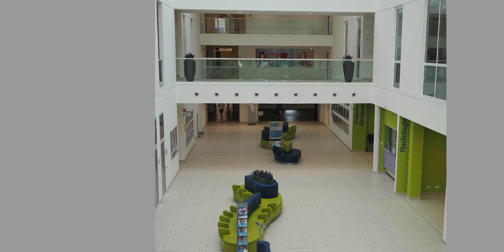 Eingangshalle mit Triptychon von Meike Kohls