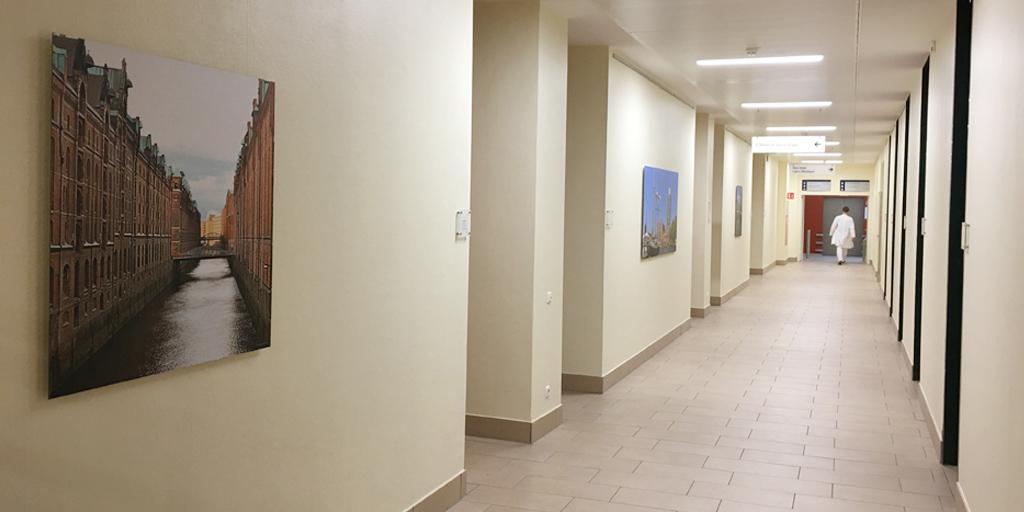 Flur in Asklepios Klinik Wandsbek mit Speicherstadt