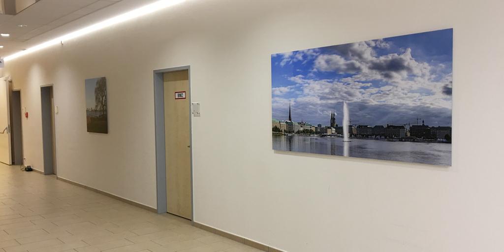 Flur mit Hamburgmotiven in der Asklepios Klinik Wandsbek