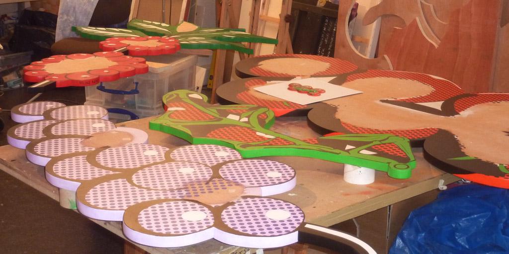 Holzrelief Trauben im Atelier von Meike Kohls