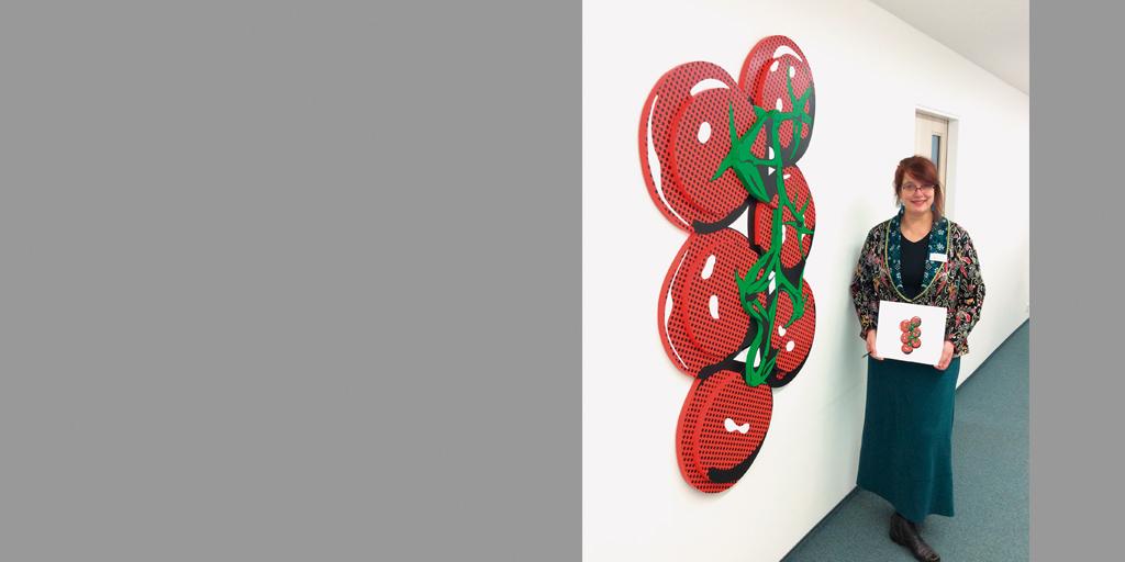Künstlerin Meike Kohls vor ihrem Kunstwerk