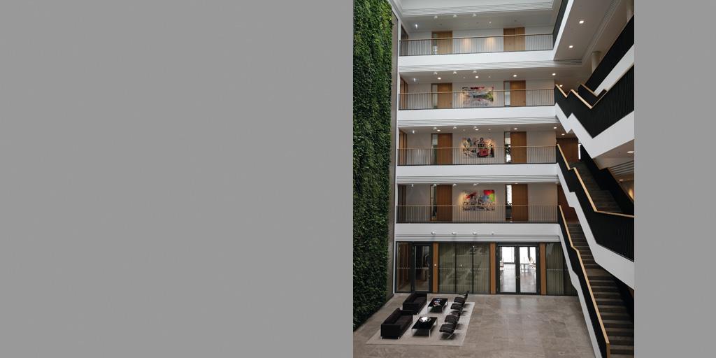 Gesamtansicht Treppenhaus und Flure mit Kunstwerken