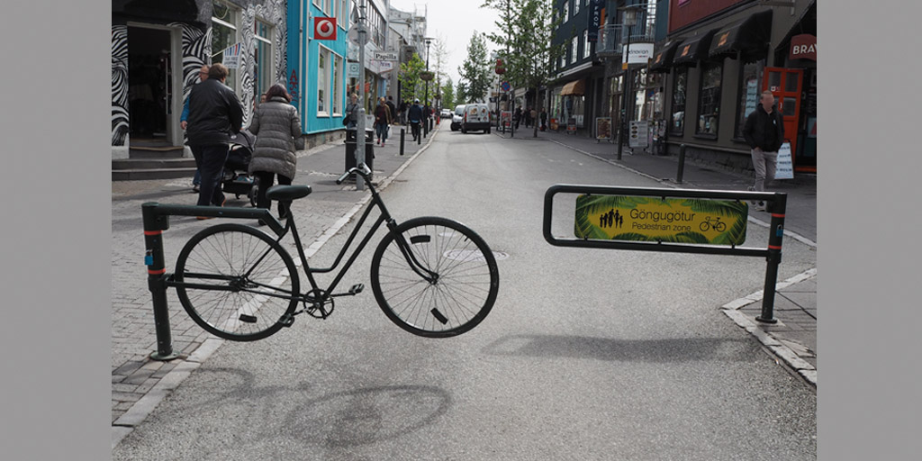 gestalteter Eingang zur Fußgängerzone in Reykjavík