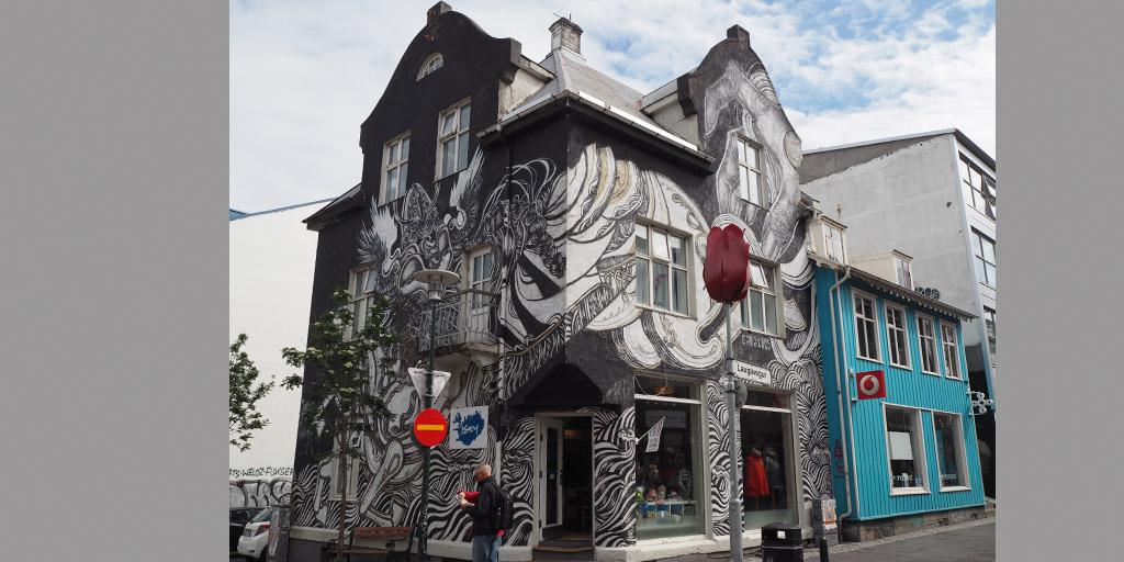 Wandmalerei an einem Haus in Reykjavík