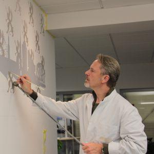 Foto des Künstlers Uwe Fehrmann bei der Arbeit