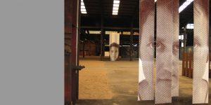 Blick in Fabrikhalle mit Siebdruckwerken von Birgit Lindemann