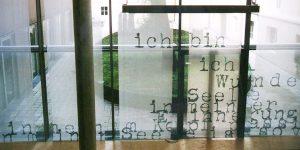 Fensterinstallation von Birgit Lindenmann, Thema Wunder