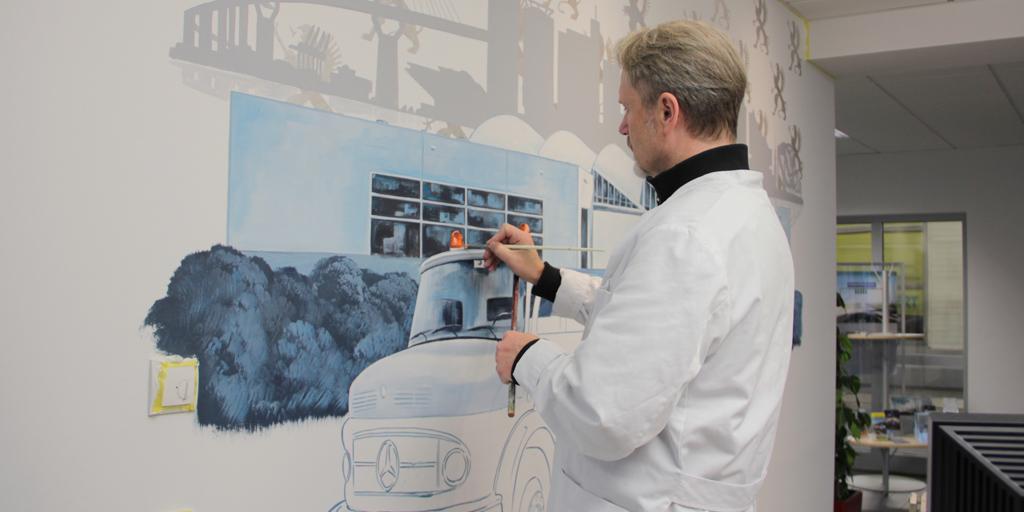 Der Künstler Uwe Fehrmann arbeitet an seinem Wandgemälde