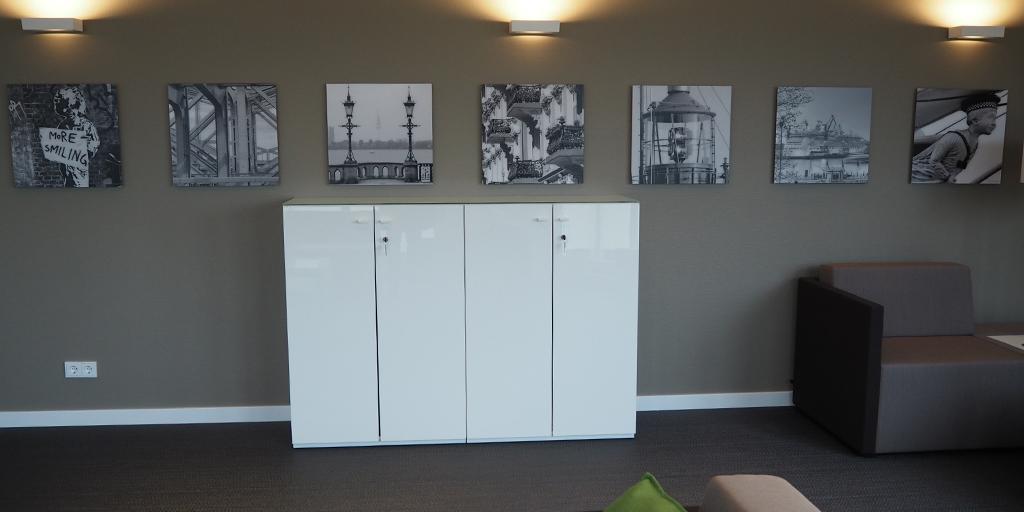 Fotodrucke schwarz-weiß auf farbiger Wand