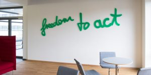 freedom to act, Wortkunst aus grünem Acrylglas von Rupprecht Matthies