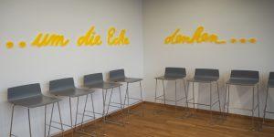 Wortkunst - Projekt tesa SE - Künstler Rupprecht Matthies - um die Ecke mit Stühlen